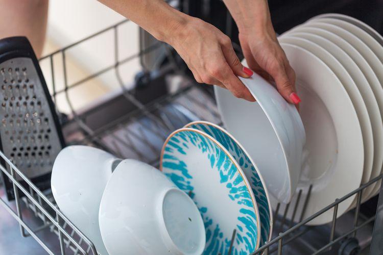 Jak správně používat myčku: ukládání nádobí, kam nalít leštidlo, jak použít sůl