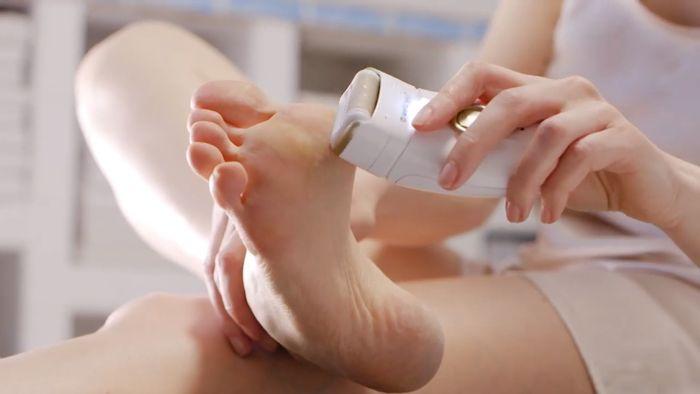 Odstranění ztvrdlé kůže na nohou pomocí strojku Wellneo Triple Action Beauty