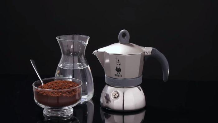 Příprava kávy v moka konvičce Bialetti Moka Induction 3