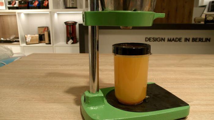 Pomerančová šťáva odšťavnena pomocí pákového odšťavňovače Klarstein TriJuicer