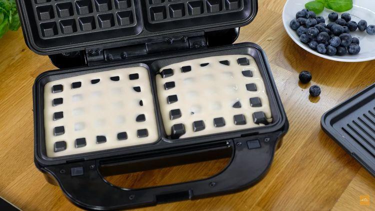 Příprava vaflí v sendvičovači ETA Sorento 3151
