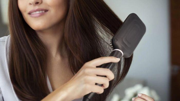 Úprava vlasů pomocí žehlícího kartáče Philips StyleCare Essential BHH880/00
