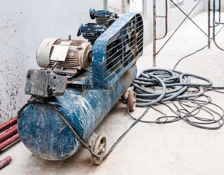 Starý benzínový kompresor