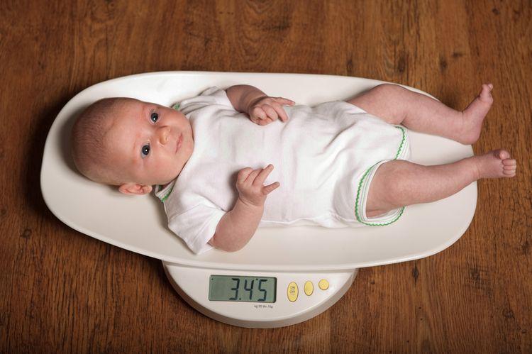 Dítě na digitálni kojenecké váze