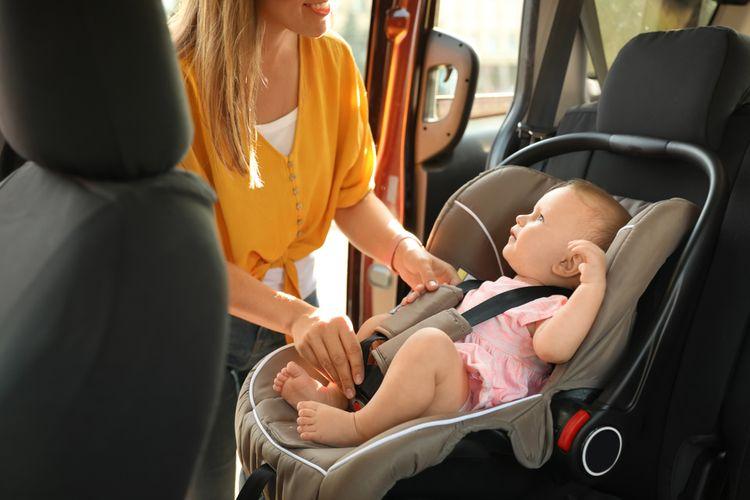 Dítě v dětské autosedačce