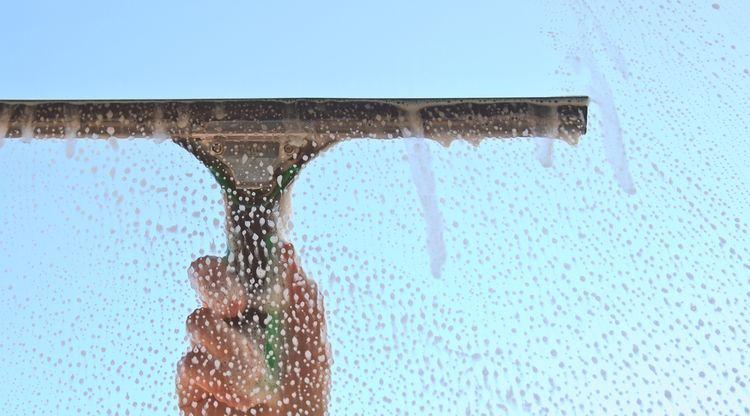 Čištění oken s ručním čističem