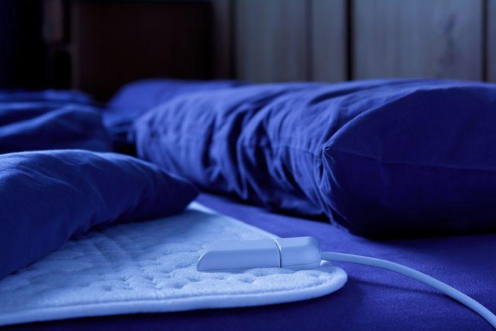 Bílá vyhřívací podložka do postele