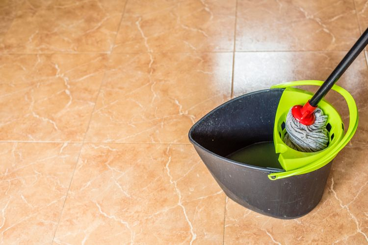 Vedro a mop na podlahu
