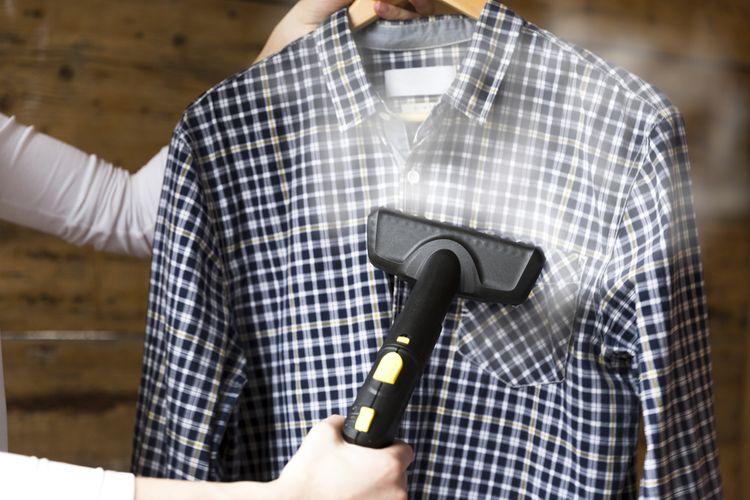 Ruční napařovač nežehlí, pomůže však vyrovnat záhyby na oděvech