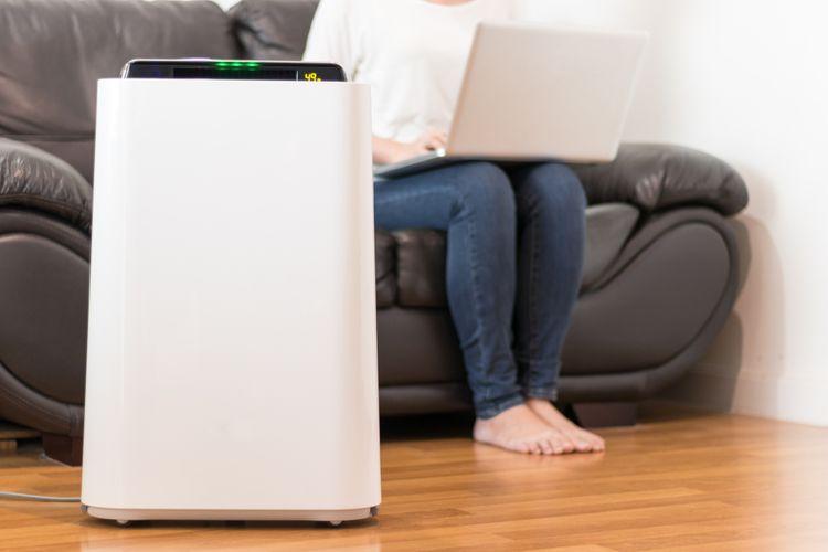 Výkonná čistička vzduchu v obývacím pokoji