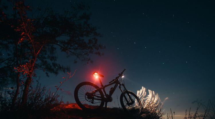 Jízdní kolo s předním a zadním světlem