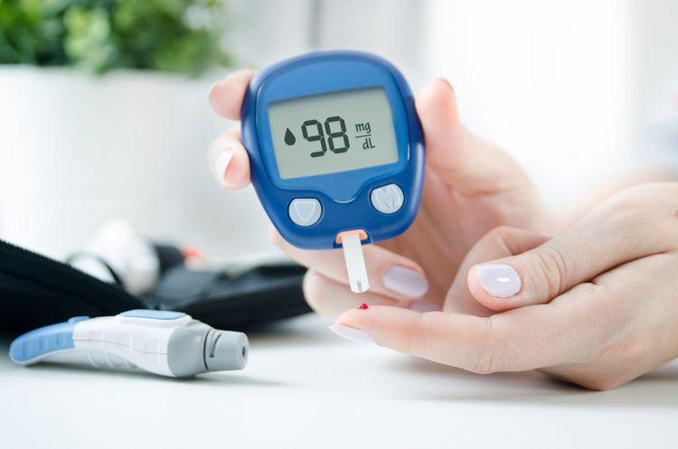 Sledování hladiny glukózy v krvi pomocí glukometru