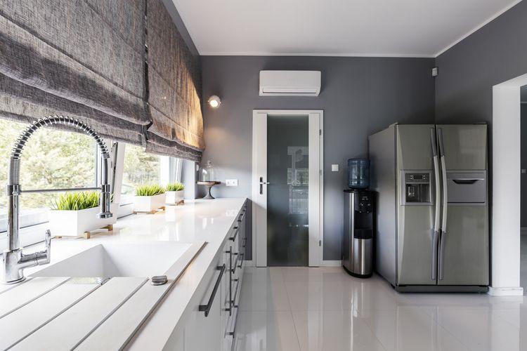 Velká nerezová americká chladnička v moderní kuchyni