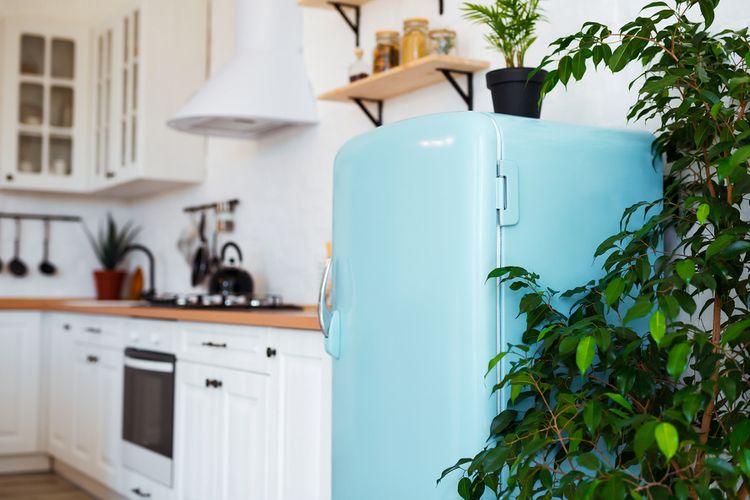 Modrá retro chladnička v retro kuchyni