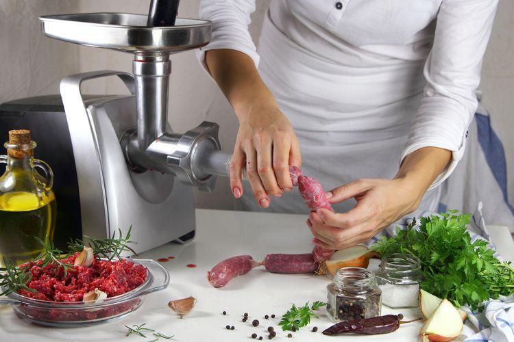 Příprava klobás s pomocí mlýnku na maso