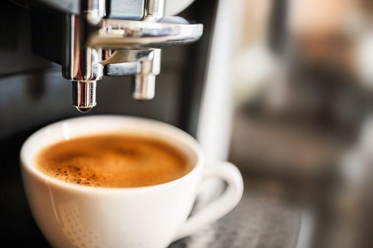 Příprava kávy v automatickém kávovaru