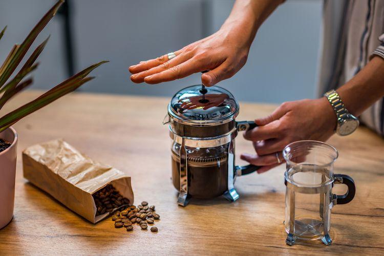 Příprava kávy ve french press kávovaru
