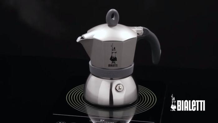 Příprava kávy v mokka konvičce Bialetti Moka Induction 3 na indukční desce