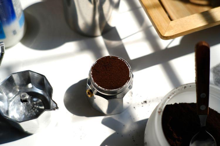 Příprava kávy v moka konvičce
