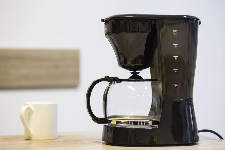 Černý překapávací kávovar s nádobou z tvrzeného skla