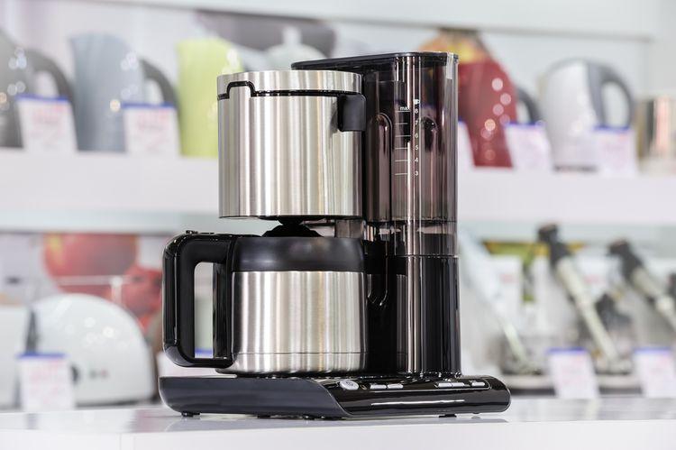 Překapávací kávovar s kovovou konvicí
