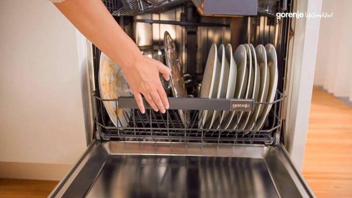 Mytí talířů v myčce Gorenje GV64161