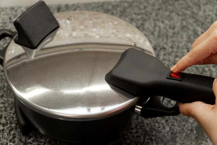 Pečící pánev na vaření s kovovou poklicí