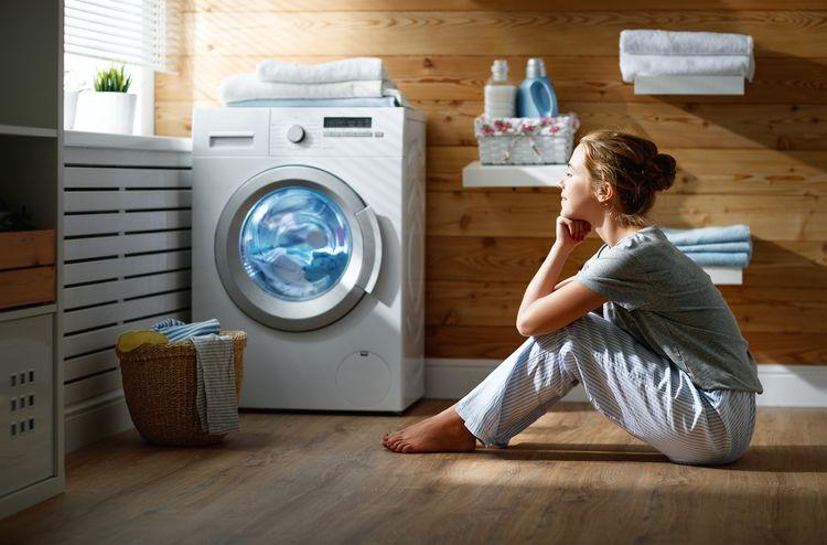 Žena pozorující prací cyklus v zepředu plněné pračce