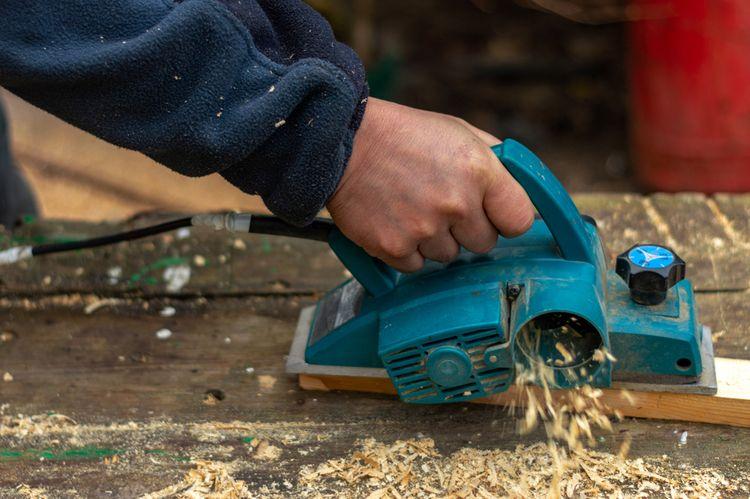 Opracovávání dřeva pomocí elektrického hoblíku
