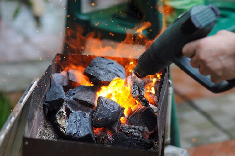 Zapalování ohně pomocí horkovzdušné pistole