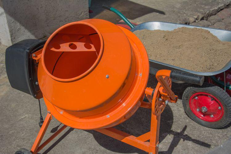Oranžová stavební míchačka střední velikosti