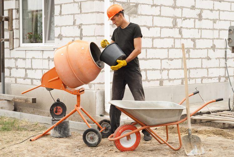 Plnění stavební míchačky