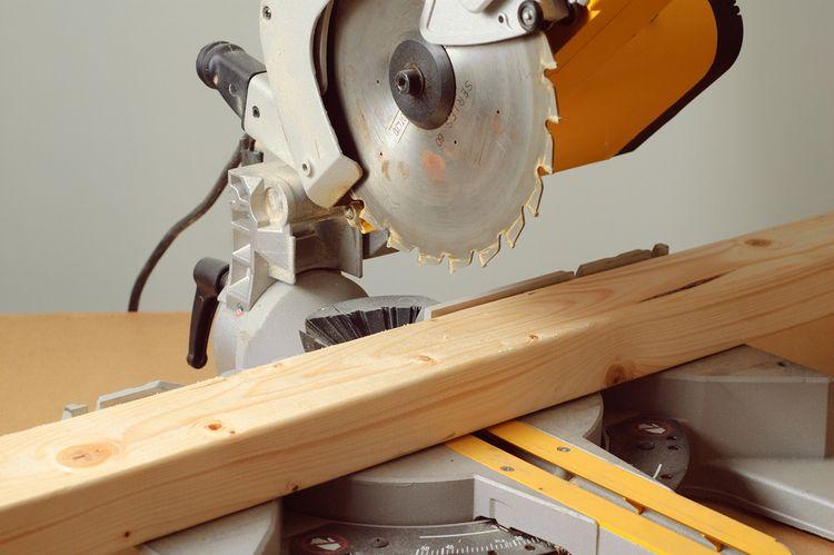 Řezání dřevěných hranolů pomocí pokosové pily