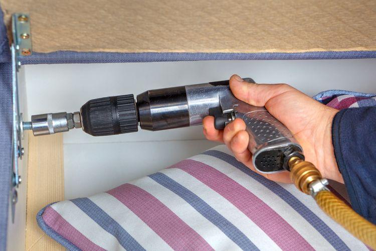 Montování postele s rázovým utahovákem