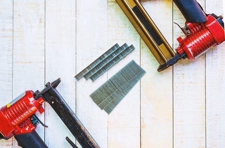 Univerzální zařízení– sponkovačka a hřebíkovačka v jednom