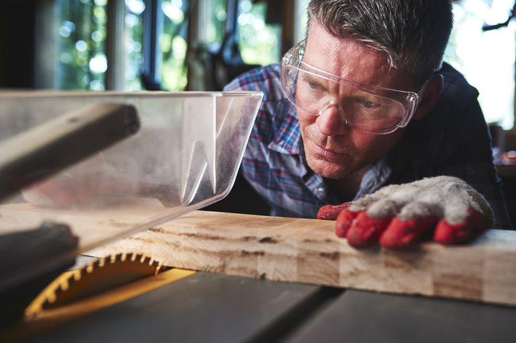 Řezání dřeva pomocí stolní kotoučové pily