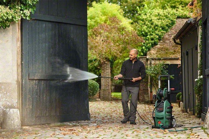 Čištění dřevěných vrat pomocí vysokotlakého čističe Bosch AdvancedAquatak 150