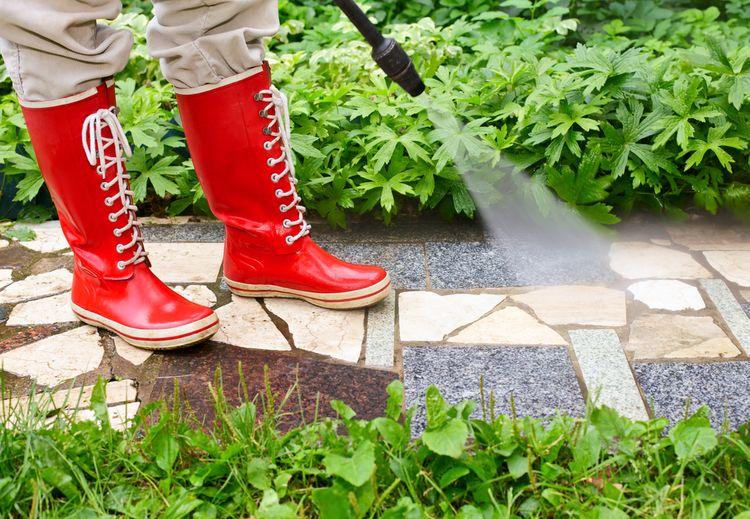 Čištění chodníku v zahradě pomocí vysokotlakého čističe