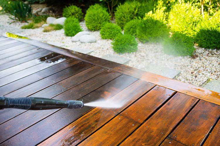 Čištění terasy pomocí vysokotlakého čističe