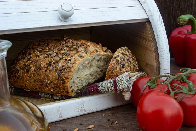 Bílý dřevěný chlebník