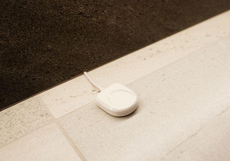 Detektor úniku vody na podlaze v koupelně