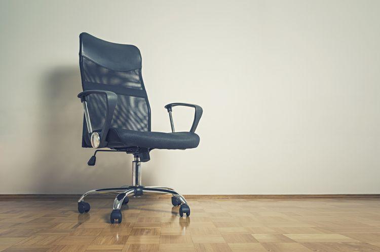 Černá kancelářská židle s kolečky