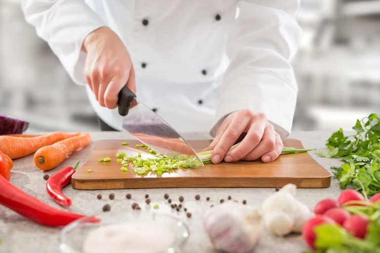 Krájení zeleniny univerzálním kuchyňským nožem