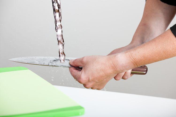 Ruční mytí kuchyňského nože