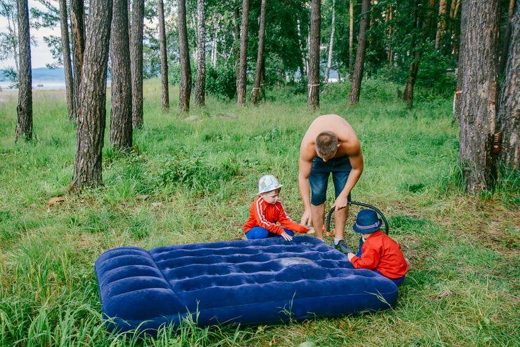 Nafukování nafukovací postele pomocí pumpy