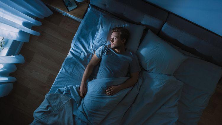 Vhodný polštář na spánek na zádech