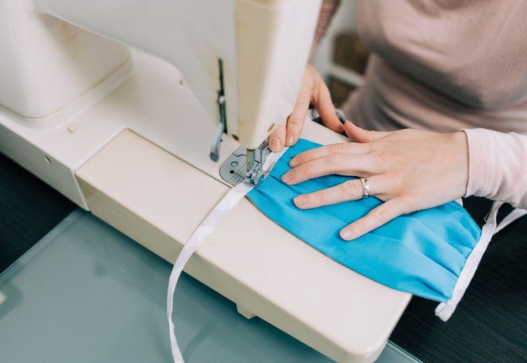 Šití roušky na šicím stroji