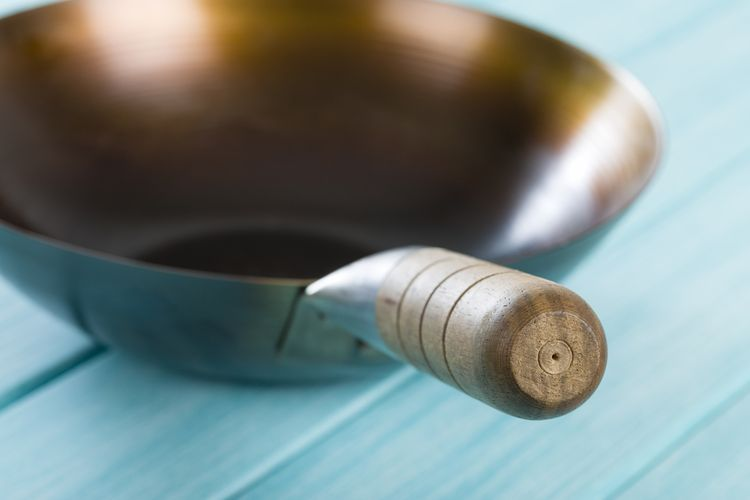 Železná wok pánev s dřevěnou rukojetí