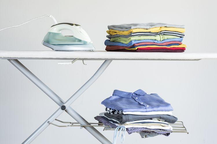Žehlící prkno s odkládacím prostorem na prádlo