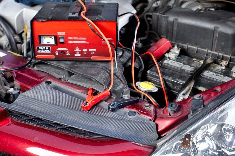 Nabíjení vybité autobaterie v osobním autě
